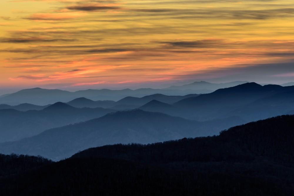 Zamglone góry o zachodzie słońca