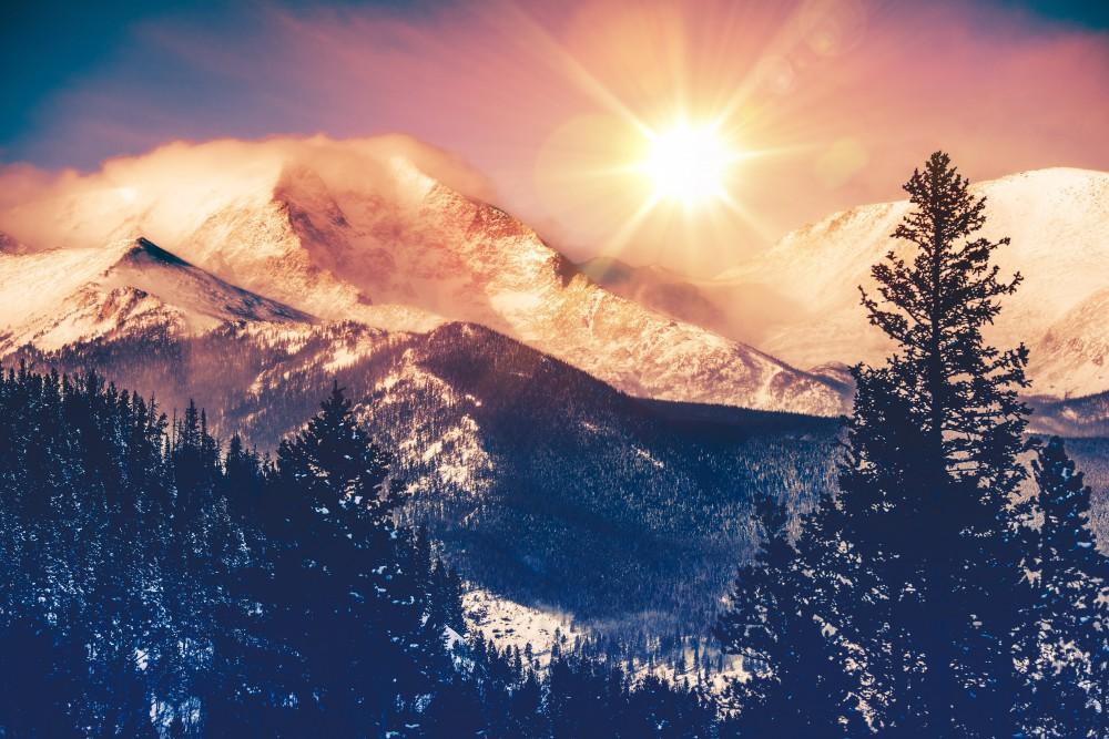 Zachód słońca ponad szczytami górskimi